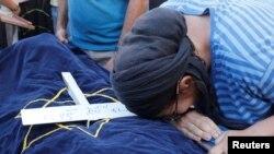 La madre de la joven llora su muerte, este jueves.