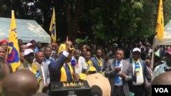 Secrétaire permanent ya PPRD Emmanuel Ramazani Shadary azali koloba kati na balandi ya lingomba na ye, Gombe, Kinshasa, 26 août 2019.