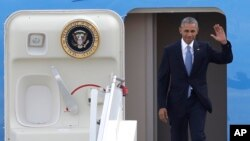 바락 오바마 미국 대통령이 15일 그리스 아테네 국제공항에 도착한 후 환영객들을 향해 손을 흔들고 있다.