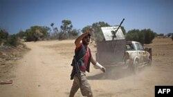 Phe nổi dậy chiến đấu chống lại lực lượng Gadhafi tại một khu vực ở phía tây Misrata, ngày 26/5/2011