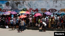 Para pengungsi antri untuk mendapatkan bantuan di sebuah stadion olah raga yang dijadikan tempat penampungan sementara para pengungsi dari kota Zamboanga yang tengah dilanda pertempuran antara pemberontak terkait MNLF dengan tentara pemerintah Filipina (Foto: dok).