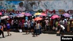 Những người tản cư xếp hàng chờ nhận phẩm vật cứu trợ tại thành phố Zamboanga, miền nam Philippines.