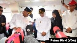 Menteri Perhubungan Budi Karya Sumadi dan Gubernur Jawa Timur Khofifah Indar Parawansa meninjau kapal angkutan mudik untuk masyarakat di Sumenep dan kepulauan di sekitarnya (foto: VOA/Petrus Riski)