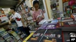 顾客在香港一家书店翻看与中国大陆有关的书籍。(2012年6月1日资料照)