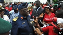Mkuu wa jeshi la anga la Nigeria Alex Badeh akizungumza wakati wa maandamano.