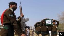 نظامیان پاکستانی پیکر یک سربازی را انتقال می دهند که هفتۀ گذشته توسط تندروان در پشاور کشته شد.