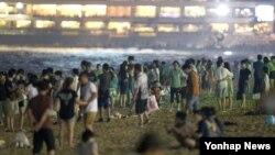 한국 전역에서 불볕더위가 기승을 부리고 있는 가운데 30일 나흘째 열대야현상이 나타난 부산 해운대해해수욕장에서 시민들이 백사장에서 더위를 식히고 있다.