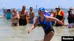 VÐV bơi đường dài Mỹ Diana Nyad, 64 tuổi, bước lên bờ ở Key West, Florida hôm 2 tháng 9, 2013, sau 53 giờ bơi 170 kilômét băng qua eo biển Florida.