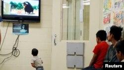 Anak-anak imigran sedang menonton televisi bersama di fasilitas tahanan patroli Kepabeanan dan Perbatasan AS di Tucson, Arizona, 28 Juni 2018. (Foto: dok).