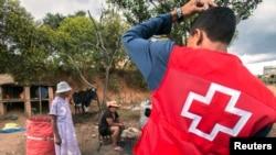 Des volontaires de la Croix rouge à 30 km d'Antananarivo, Madagascar, le 16 octobre 2017