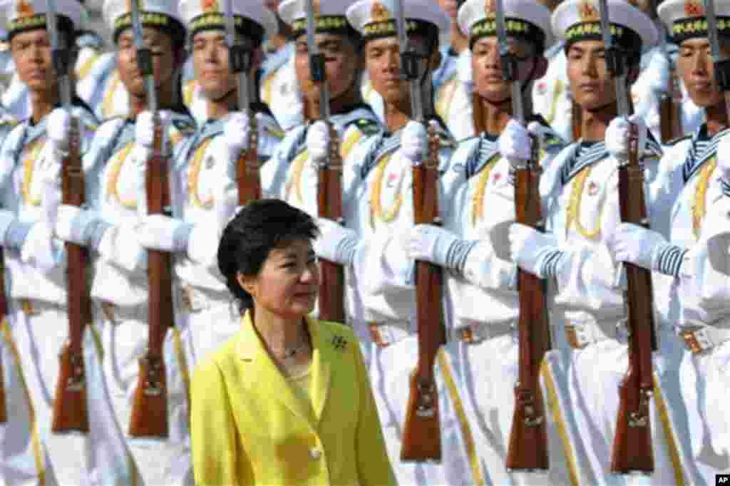 박근혜 한국 대통령이 27일 중국 베이징에서 열린 환영 행사에서 중국 군 의장대를 사열하고 있다.