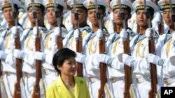 27일 중국 베이징 서우두 공항에 도착해 의장대의 사열을 받고 있는 박근혜 대통령