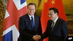 英国首相卡梅伦(左)与中国总理李克强在北京人民大会堂发表声明后握手。(2013年12月2日)