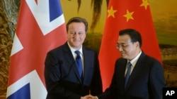 英國首相卡梅倫(左)與中國總理李克強在北京人民大會堂發表聲明後握手。(2013年12月2日資料照)