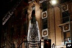 نمایی از ساختمانی که در آتش سوخت.