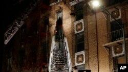 消防队员在纽约市布朗克斯区一处失火的公寓楼救火。(2017年12月28日)