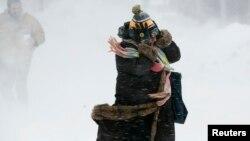 Una mujer lucha contra el viento y la nieve en Boston Massachusetts hace dos días.