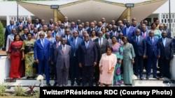Président Félix Tshisekedi na bato 67 banso bazali na mbulamatari na ye ya yambo, nsima ya likita na bango lya yambo, na Cité ya Union africaine, Kinshasa, 13 septembre 2019. (Twitter/Présidence RDC)