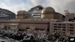 Reaktor nuklir nomor 3 (kiri) dan nomor 4 di instalasi listrik milik Kansai Electric di Ohi, Fukui, Jepang (Foto: dok).