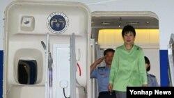 중국 방문 일정을 마친 박근혜 대통령이 4일 오후 서울공항에 도착, 전용기에서 내리고 있다. 2015.9.4