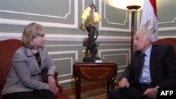 Sekretarja Klinton përshëndet egjiptianët për reformat