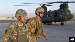 20일 공격이 있기 전, 카불 국제 공항에서 탑승을 준비하는 마틴 뎀시 미 합참의장(왼쪽).