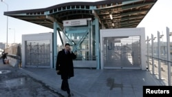 Seorang pria berjalan di depan pintu stasiun kereta api yang ditutup dalam aksi mogok 24 jam di wilayah Chalandri, Athena (Foto: dok).