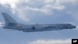 Máy bay ném bom H-6 của Trung Quốc đang bay gần vùng nhận dạng phòng không, ADIZ, gần Đài Loan ngày 18/9/2020. Ảnh do Bộ Quốc phòng Đài Loan phổ biến. (AP)