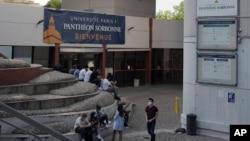 Sinh viên tụ tập tại Đại học Paris 1 Panthéon-Sorbonne ở Paris, Pháp, ngày 17/9/2020.