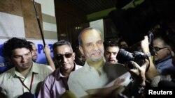 Una foto de tamaño real es portada por los miembros de la comisión negociadora de las FARC en La Habana.