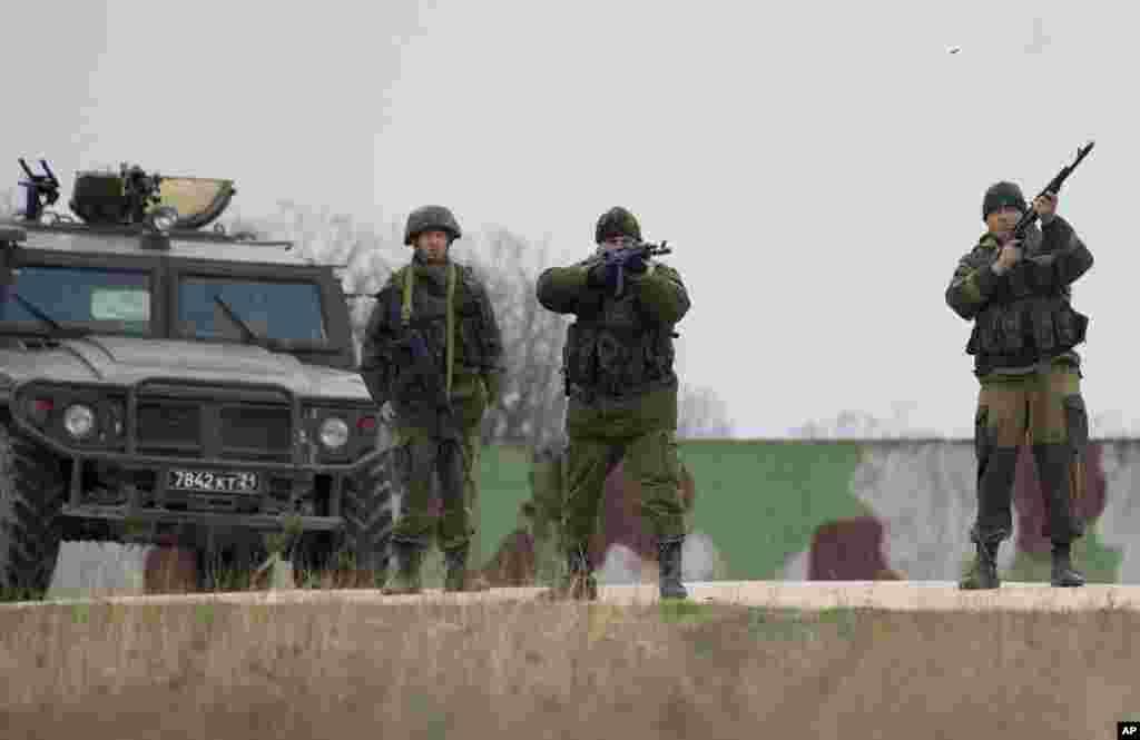 Ruski vojnici ispaljuju hitce upozorenja kod zračne baze Belbek, kraj Sevastopolja. 4. marta 2014.