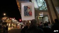 Những người biểu tình phản đối lệnh cấm du hành tại Sân bay Quốc tế San Diego, Mỹ, 6/3/2017.