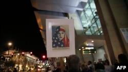 在圣迭戈国际机场,抗议者在一个反对旅行禁令的机会上高呼口号 (2017年3月6日)