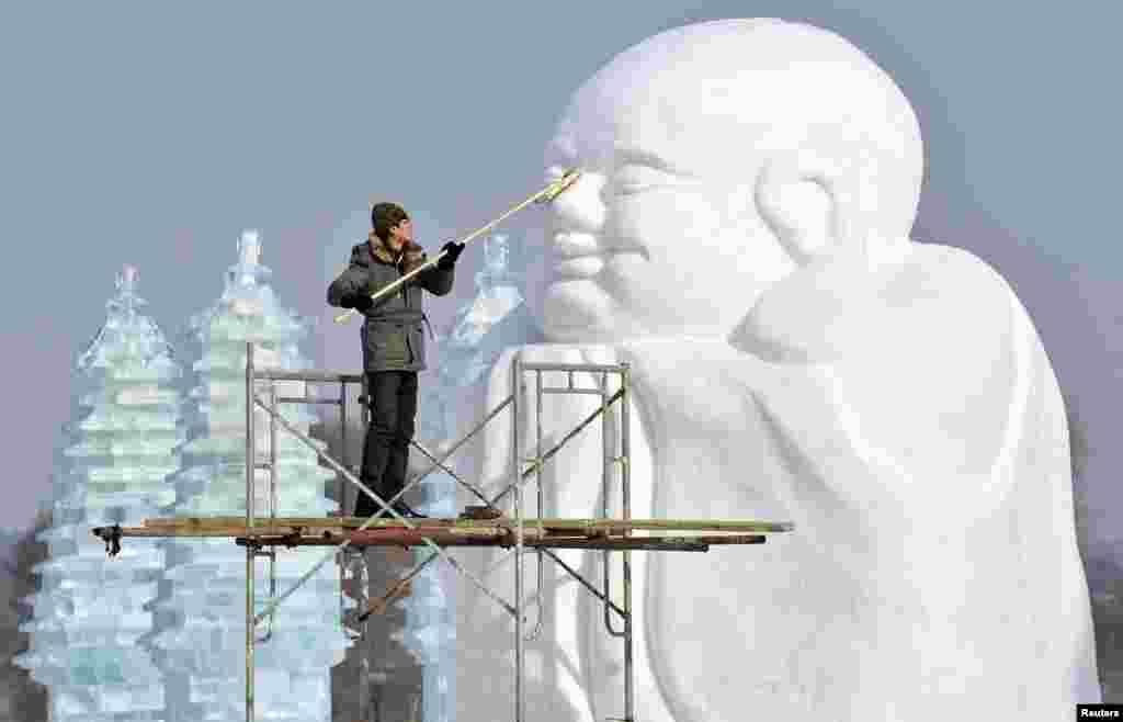 Fotografije dana: 8. januara 2013 Pripreme za Međunarodni Festival na snegu i ledu u Šangaju, koji počinje 10. januara.