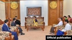 緬甸領導人昂山素姬(中)與中國訪問者