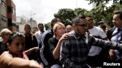 La fiscal Luisa Ortega huye en una moto para evitar ser arrestada por la fuerza pública.