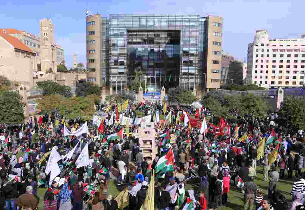 Thousands of Palestinian refugees gather in front U.N.headquarters in Beirut, Lebanon, to support the Palestinian U.N. bid for observer state status, November 29, 2012.