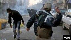 Demonstrasi kelompok oposisi yang berlangsung rusuh di Teheran (18/2). Pemerintah Iran telah melarang demonstrasi oleh kelompok oposisi.