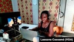 Locutora de rádio comunitária, Guiné-Bissau