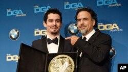 دیمین شزل،کارگردان موزیکال «لا لالند» در کنار الخاندو اینیریتو- مراسم اهدای جوایز انجمن کارگردانان آمریکا