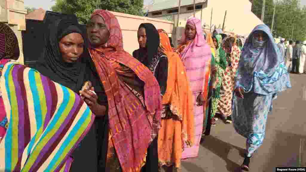 Longues files d'attente devant les bureaux de vote, parfois jusque dans la rue,ici à N'Djamena, Tchad, 10 avril 2016. (VOA/Bagassi Koura)