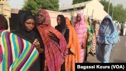 De longues files d'électeur attendant d'élir leur président s'étendent à certains endroits jusque dans la rue, ici à N'Djamena, Tchad, 10 avril 2016. VOA/Bagassi Koura