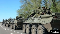 俄罗斯军车驶过与乌克兰交界地带(2014年4月25日资料照片)