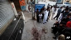 Lokalni stanovnici i mediji se okupljaju na mestu gde je ubijen lider grupe Hakani, Nasirudin Hakani, predgradje Islamabada, Pakistan, 11. novembar, 2013.