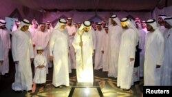 Mohammed ben Rachid Al Maktoum, émir de Dubaï et vice-président des Émirats arabes unis, pose la première pierre d'une centrale solaire, à Dubaï, le 28 novembre 2015.