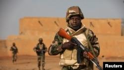 Des soldats du Niger patrouillent dans un champs ouvert à Goa, le 27 février 2013.