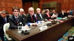 Srpska delegacija na raspravi u Hagu