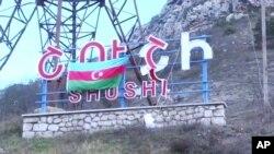 9일 아제르바이잔-아르메니아의 분쟁 지역 나가르노-카라바흐 지역의 슈시 사인판 앞에 아제르바이잔의 국기가 걸려 있다. 일함 알리예프 아제르바이잔 대통령은 8일 나가르노-카라바흐의 전략적 주요 도시를 점령했다고 밝혔다.