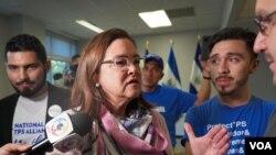 La canciller de El Salvador, Alexandra Hill, habla con activistas que piden la extensión del TPS para los salvadoreños en Estados Unidos.