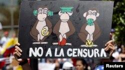 Un opositor sostiene un cartel para protestar contra la censura de prensa en Venezuela.